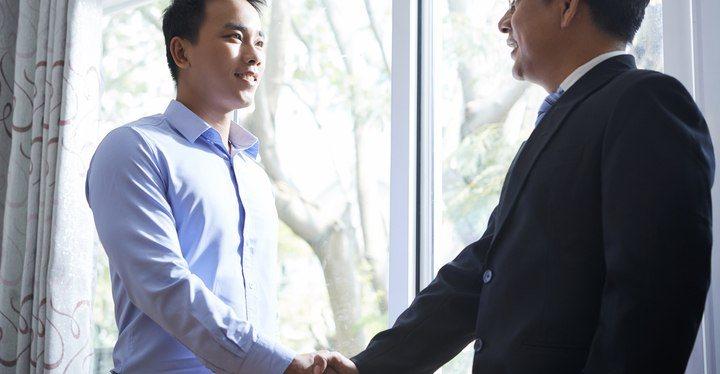 apreton de manos entrevista de trabajo